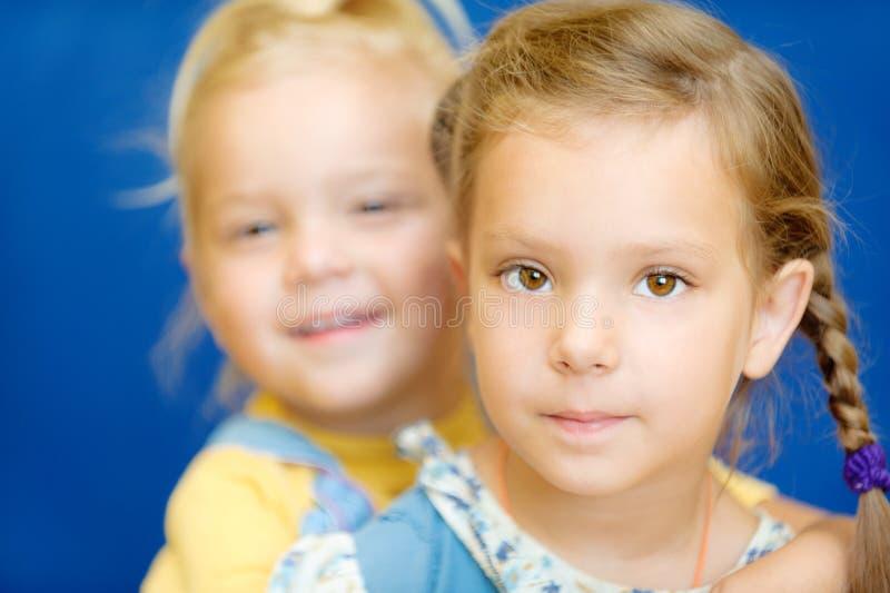 Download Dos hermanas foto de archivo. Imagen de lindo, inocencia - 42442770