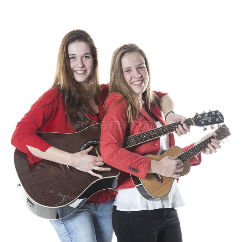 Dos hermanas adolescentes tocan el ukelele y la guitarra - Empresas en dos hermanas ...