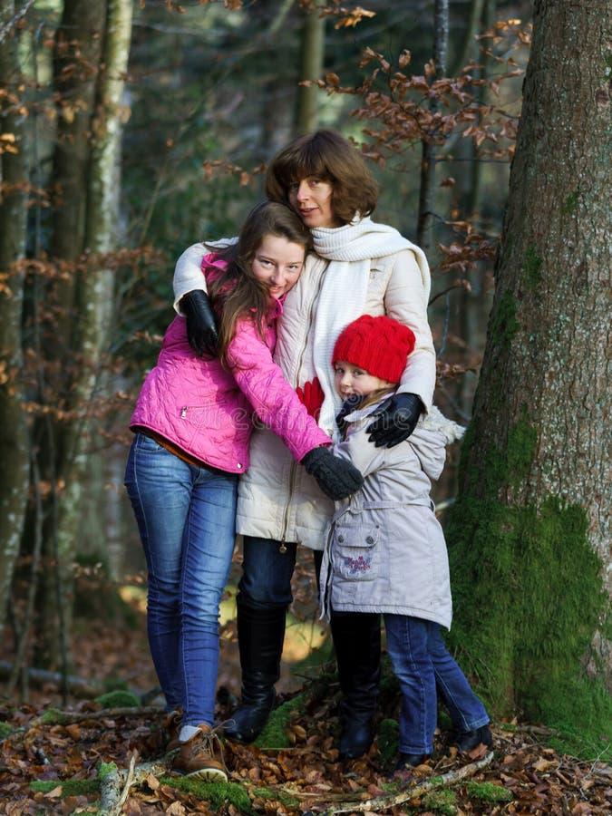Dos hermanas con su portarit de la madre naturaleza imagen de archivo