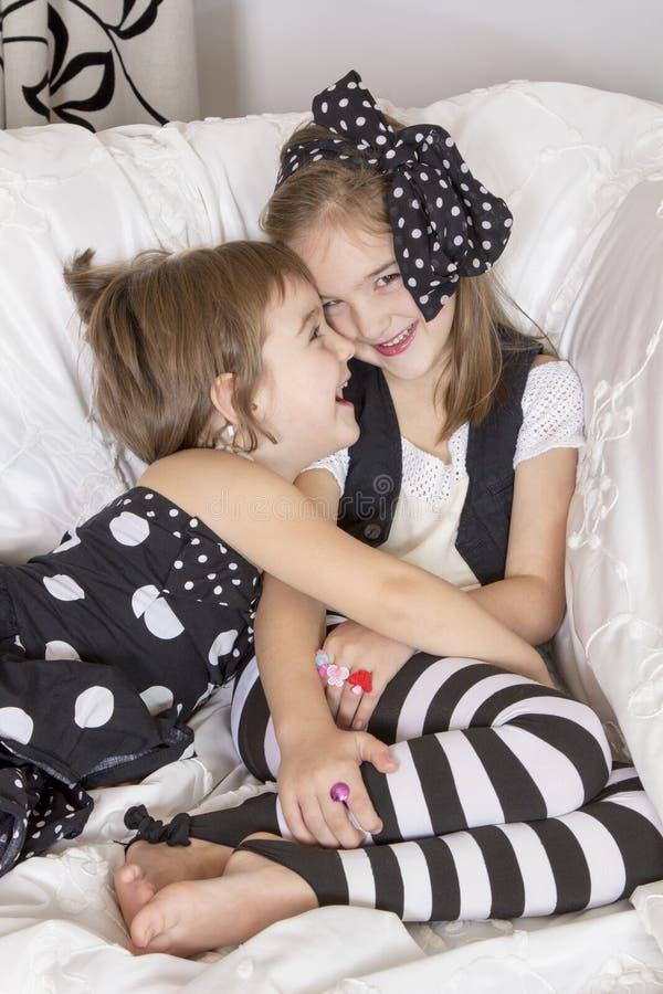 Dos hermanas, disfrutan y ríen foto de archivo libre de regalías
