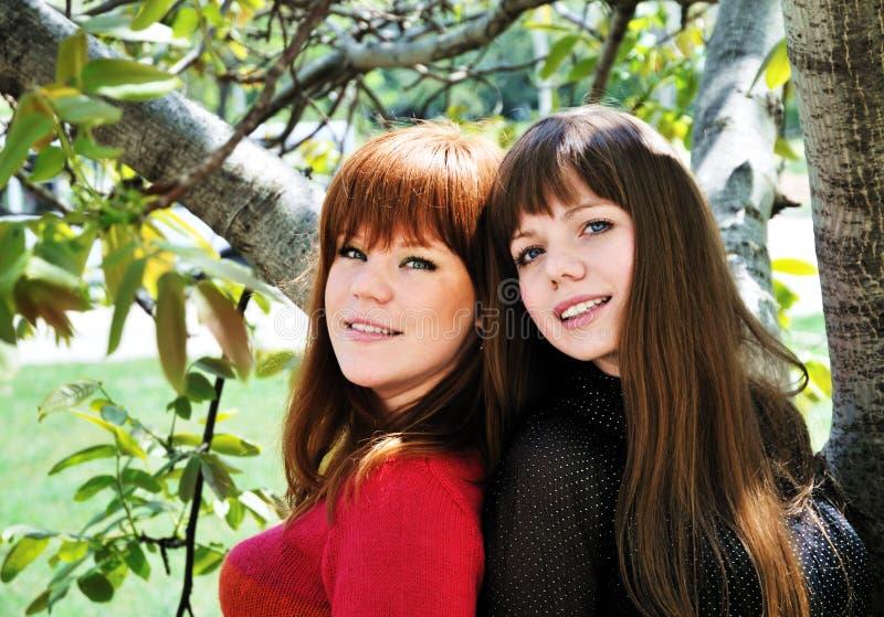 Dos hermanas encantadoras fotos de archivo libres de regalías