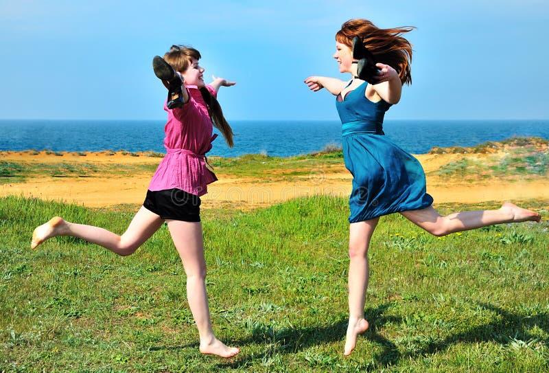 Dos hermanas felices imágenes de archivo libres de regalías