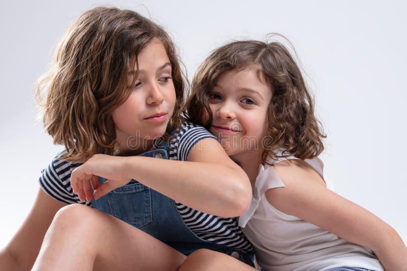 Dos hermanas jovenes atractivas que abrazan junto fotos de archivo libres de regalías