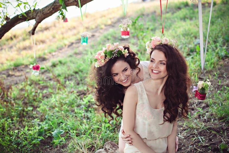 Dos hermanas jovenes hermosas del boho que se divierten foto de archivo