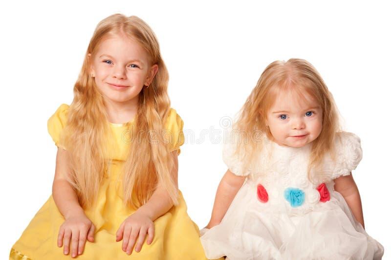 Dos hermanas preciosas. Preschooler y niña. fotografía de archivo libre de regalías