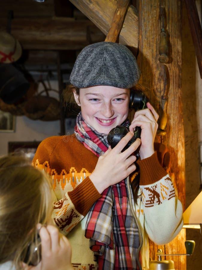 Dos hermanas que juegan con el viejo telephon del vintage imagenes de archivo