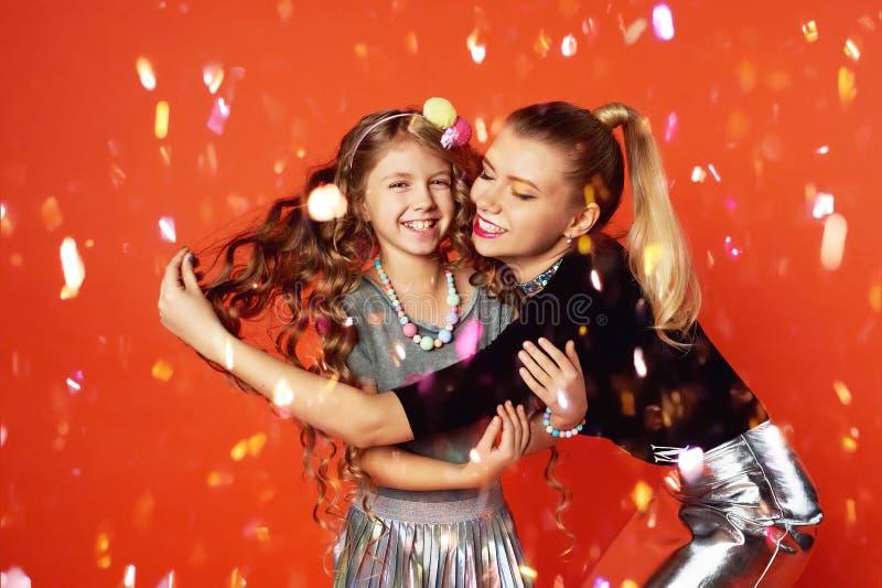 Dos hermanas que se divierten y que celebran Grandes relaciones de familia, amistad La celebración del Año Nuevo y del cumpleaños fotografía de archivo libre de regalías