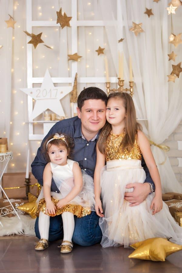 Dos hermanas y un padre foto de archivo