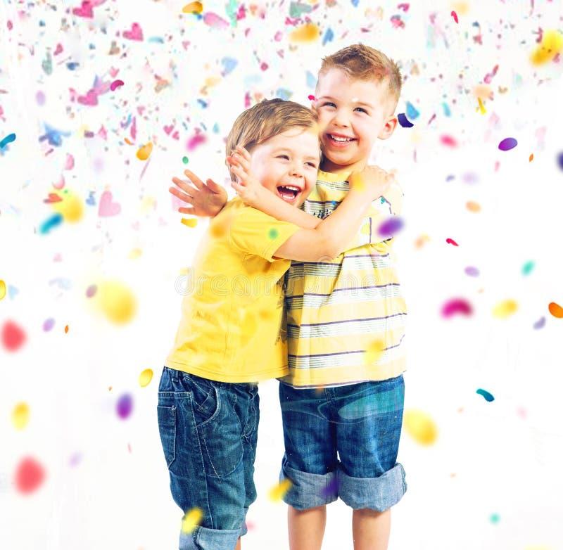 Dos hermanos lindos que gozan del mundo colorido imagen de archivo libre de regalías