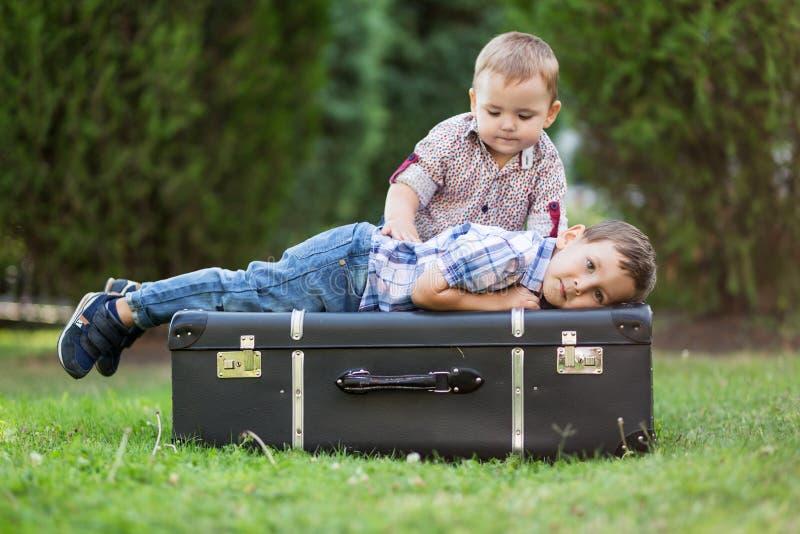 Dos hermanos que juegan al aire libre fotografía de archivo