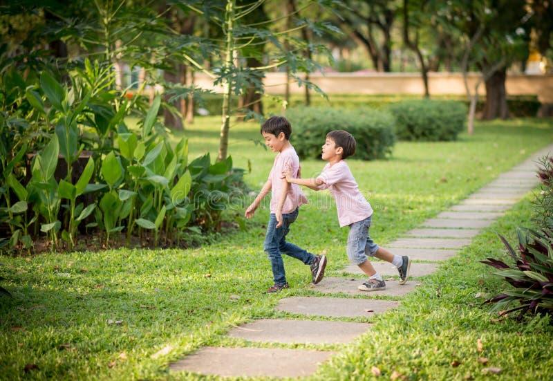 Dos hermanos que juegan en el parque foto de archivo libre de regalías