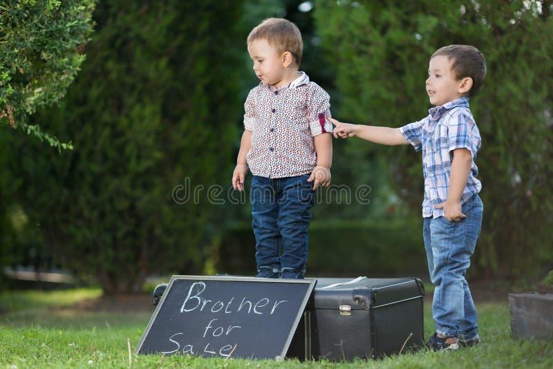 Dos hermanos que juegan a juegos divertidos imagen de archivo