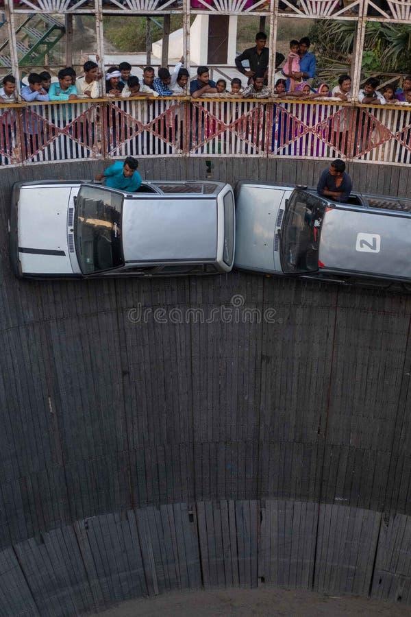 Dos hombres cuelgan fuera de las ventanas laterales del conductor mientras que conducen con sus piernas en fotos de archivo libres de regalías