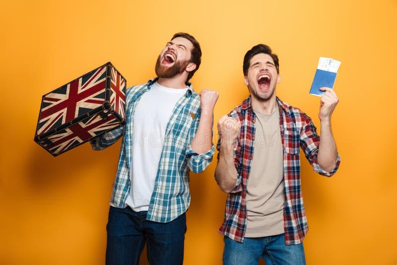 Dos hombres de griterío en las camisas que se preparan para disparar mientras que disfruta imagen de archivo libre de regalías