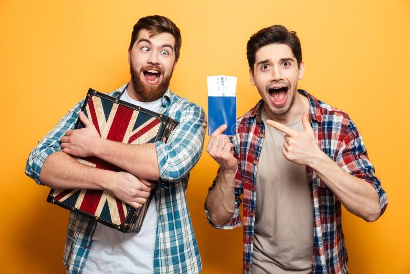 Dos hombres de griterío en las camisas que se preparan para disparar y disfrutan fotos de archivo libres de regalías