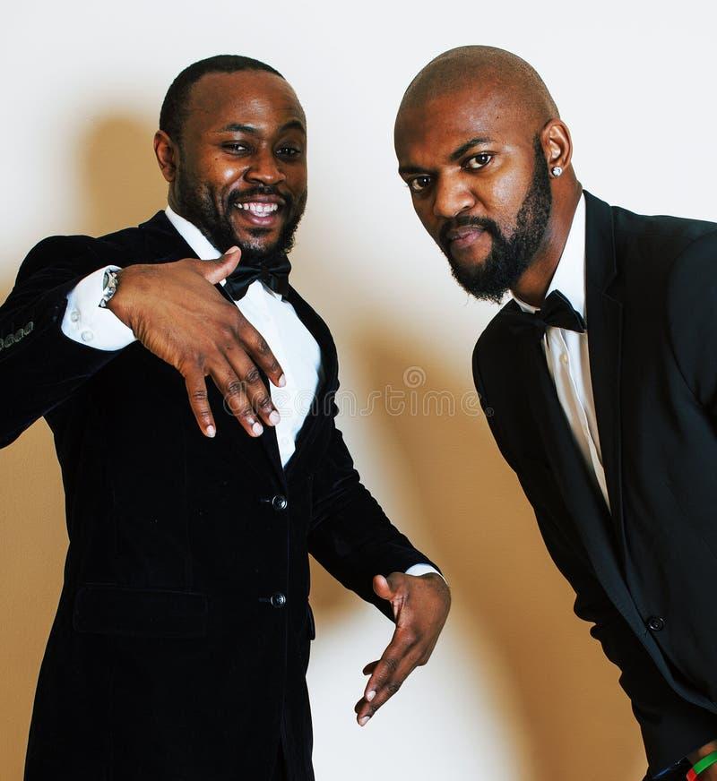 Dos hombres de negocios afroamericanos en la presentación emocional de los trajes negros, g fotografía de archivo libre de regalías