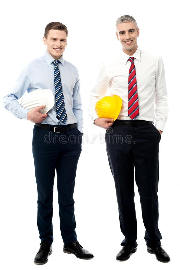 Dos hombres de negocios con los cascos imagen de archivo