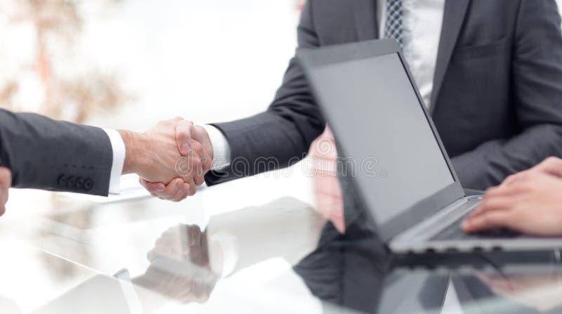 Dos hombres de negocios confiados que sacuden las manos durante una reunión en la oficina imágenes de archivo libres de regalías