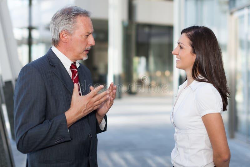 Dos hombres de negocios de la discusión al aire libre imagen de archivo