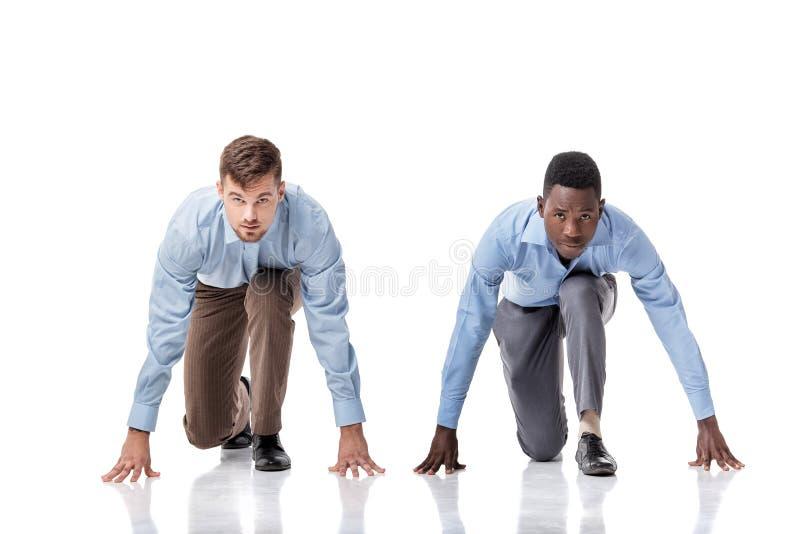 Dos hombres de negocios en la línea del comienzo foto de archivo