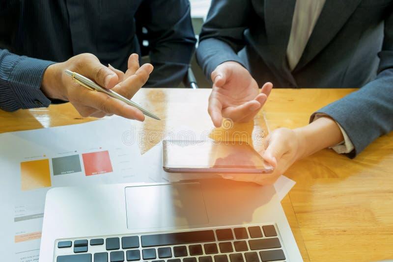 Dos hombres de negocios están consultando, pluma de tenencia del hombre de negocios en la ha imagenes de archivo