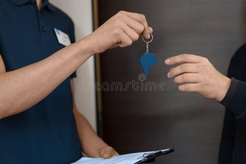Dos hombres de negocios firmaron un acuerdo fotografía de archivo libre de regalías