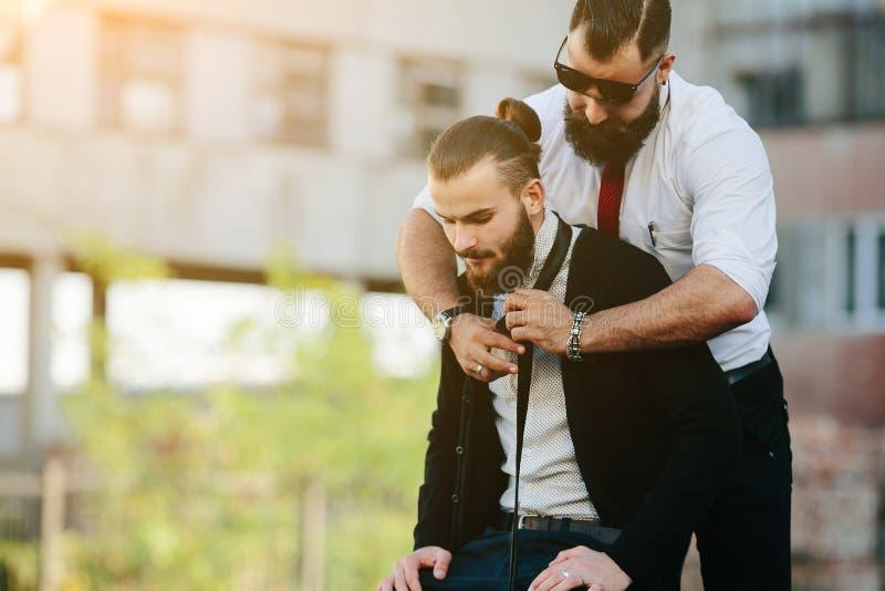 Dos hombres de negocios preparados para trabajar fotos de archivo libres de regalías