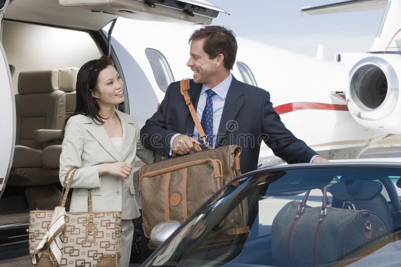 Dos hombres de negocios que consiguen en coche