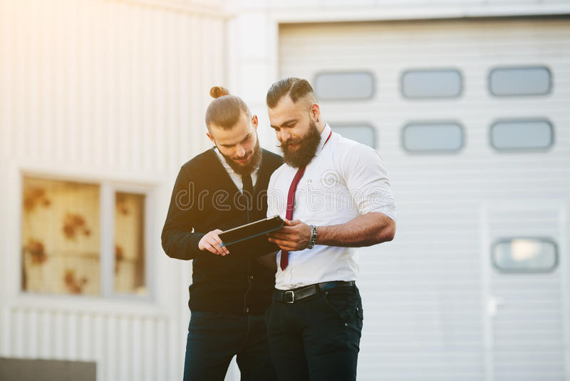Dos hombres de negocios que discuten algo imagen de archivo libre de regalías