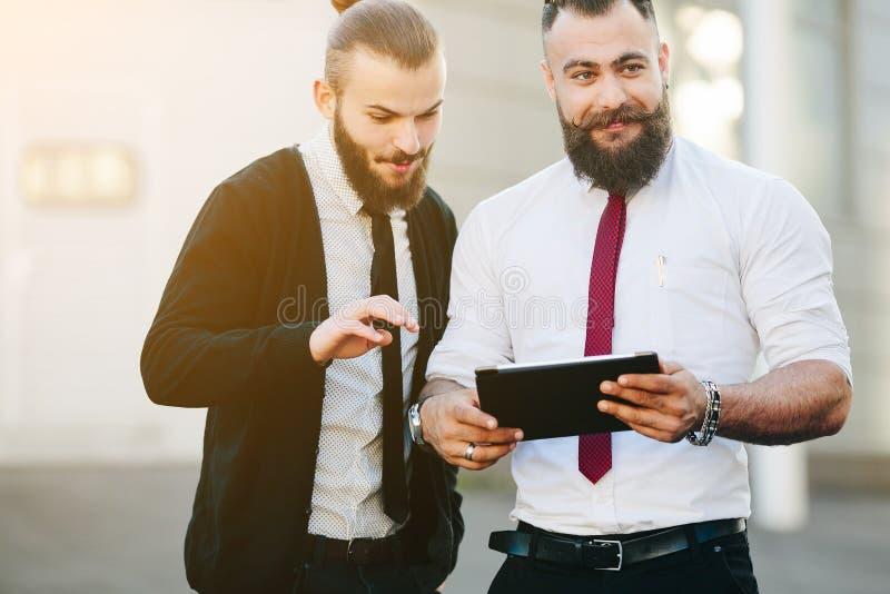 Dos hombres de negocios que discuten algo fotografía de archivo libre de regalías