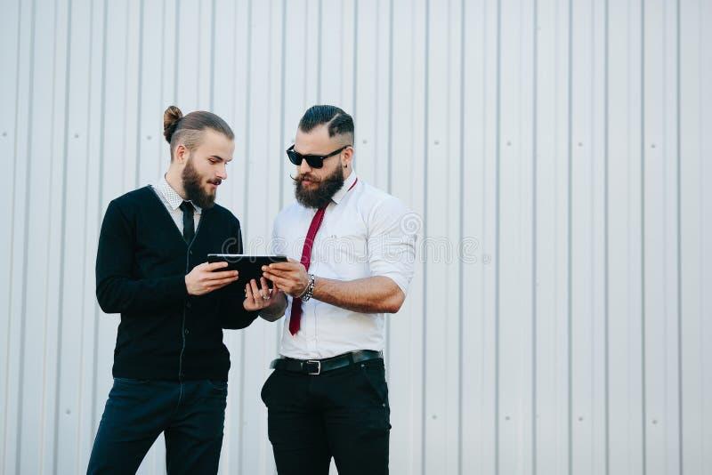 Dos hombres de negocios que discuten algo imágenes de archivo libres de regalías