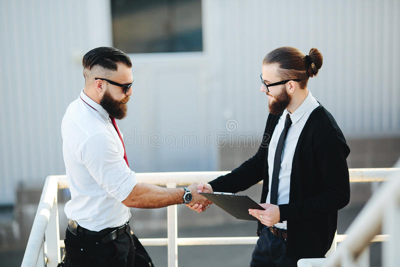 Dos hombres de negocios que sacuden las manos fotografía de archivo libre de regalías