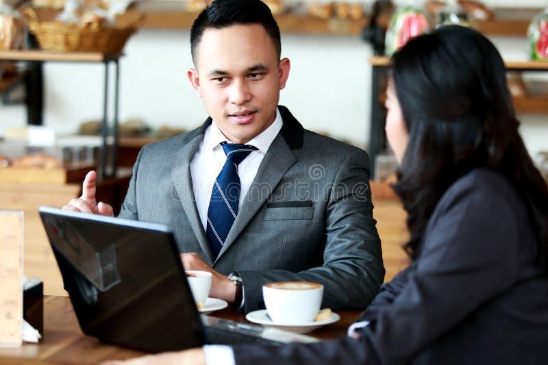 Dos hombres de negocios que se encuentran en la cafetería fotografía de archivo