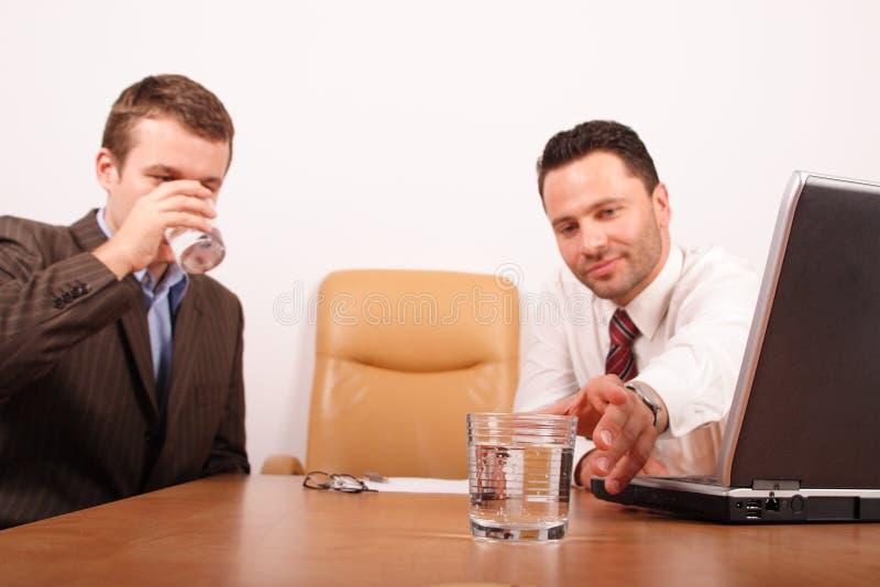 Dos hombres de negocios que tienen rotura para el agua potable imagenes de archivo