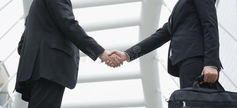 Dos hombres de negocios sacuden las manos imagen de archivo libre de regalías