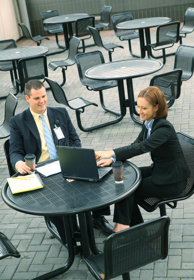 Dos hombres de negocios sientan al aire libre foto de archivo