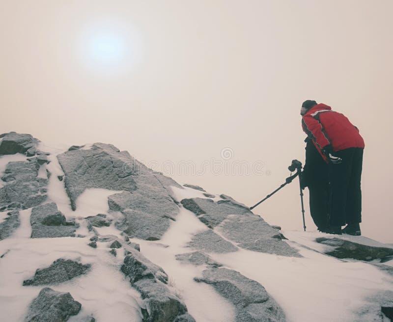Dos hombres disfrutan del invierno photographying en montañas nevosas Fotógrafo de la naturaleza imágenes de archivo libres de regalías
