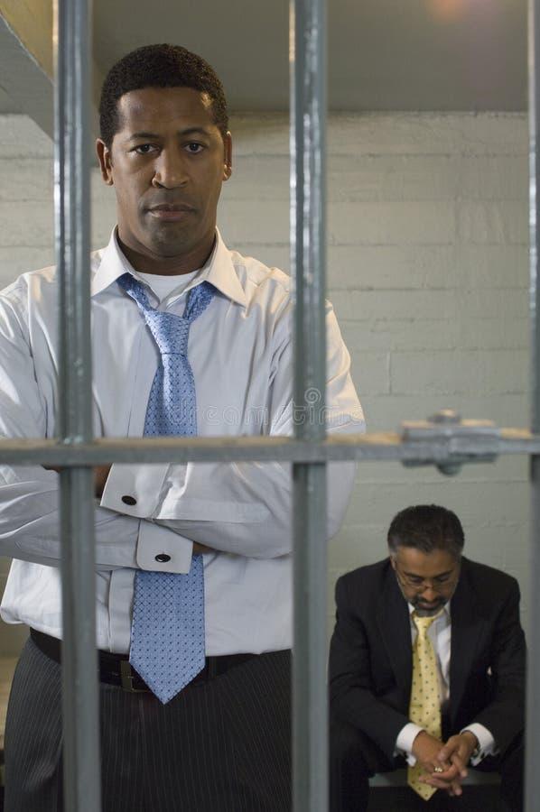 Dos hombres en celda de prisión fotos de archivo libres de regalías