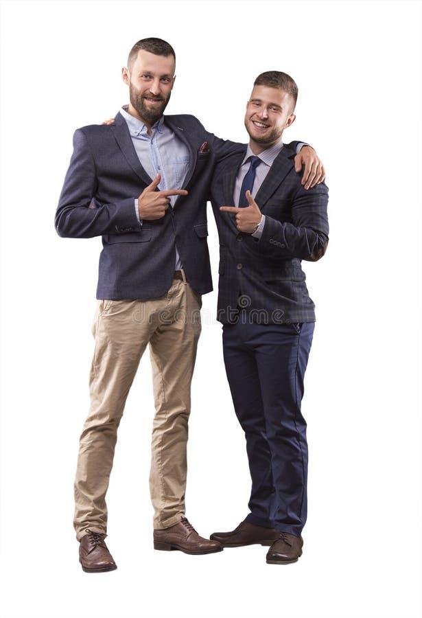 Dos hombres en el abrazo de los trajes imagen de archivo