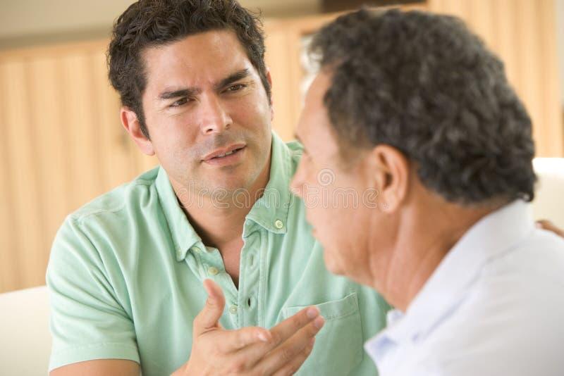 Dos hombres en la discusión de la sala de estar fotografía de archivo libre de regalías