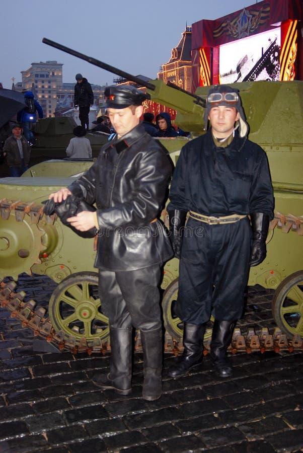 Dos hombres en ropa militar del vintage en la Plaza Roja en Moscú fotografía de archivo libre de regalías