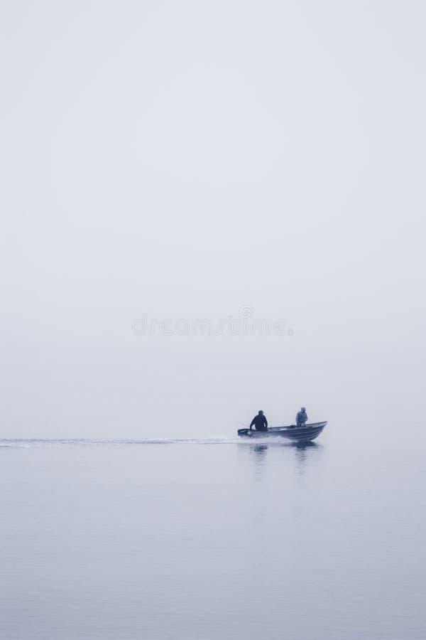 Dos hombres en un barco fotografía de archivo libre de regalías