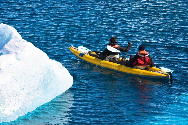 Dos hombres en una canoa fotografía de archivo libre de regalías