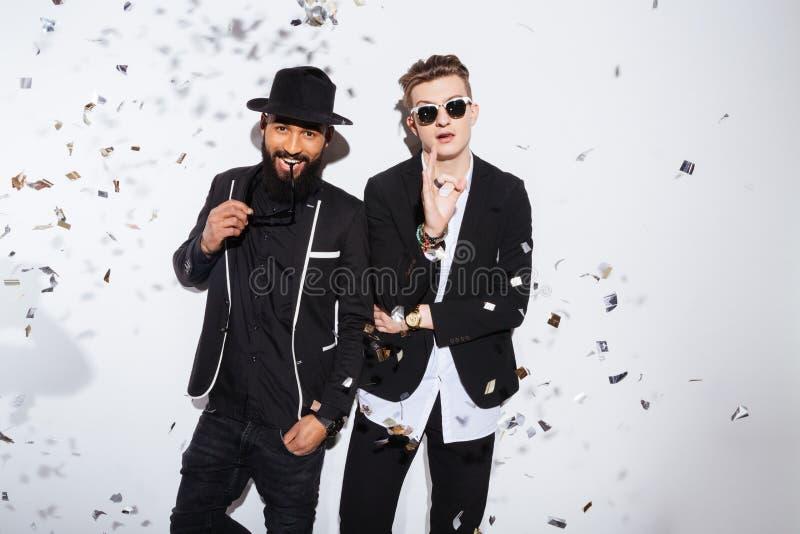 Dos hombres hermosos en paño de la moda imagenes de archivo
