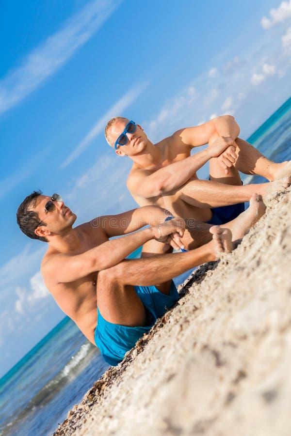 Download Dos Hombres Jovenes Hermosos Que Charlan En Una Playa Imagen de archivo - Imagen de arena, hombres: 41911565