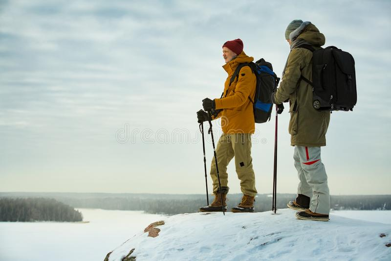 Dos hombres maduros con la exploración de Finlandia en invierno fotos de archivo