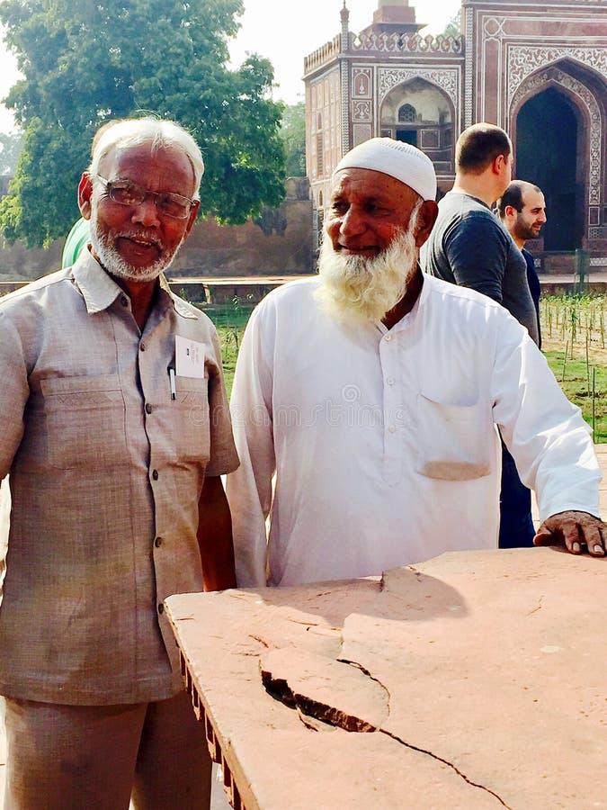 Dos hombres mayores en viajar tradicional del vestido imagenes de archivo