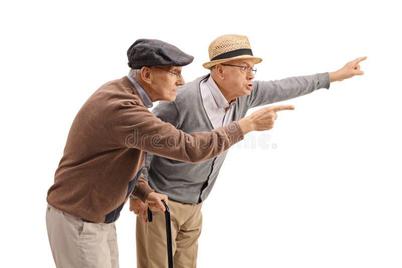 Dos hombres mayores que discuten con alguien fotografía de archivo libre de regalías