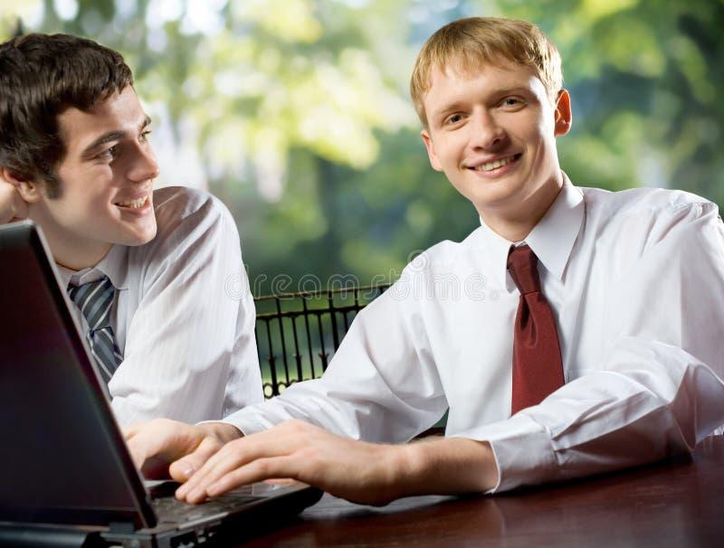 Dos hombres o estudiantes sonrientes felices jovenes de negocios