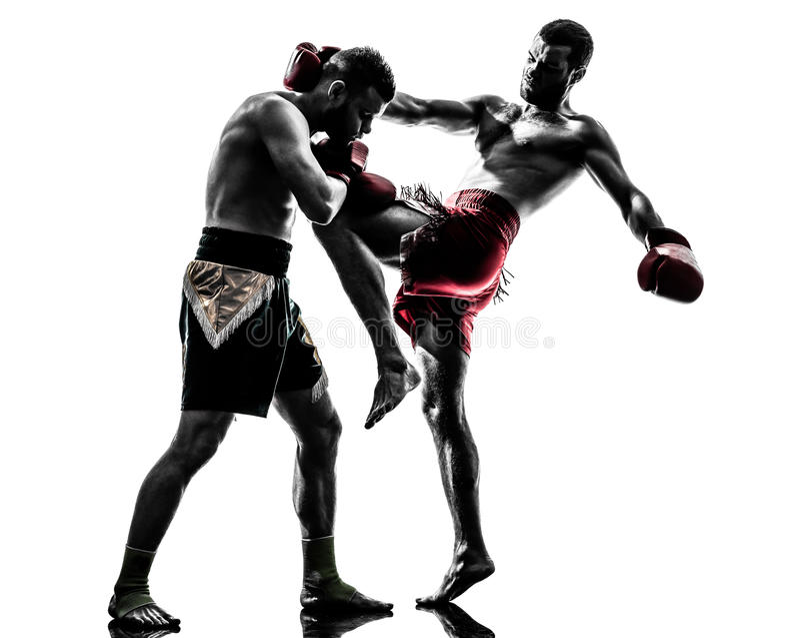Dos hombres que ejercitan la silueta tailandesa del boxeo imagenes de archivo